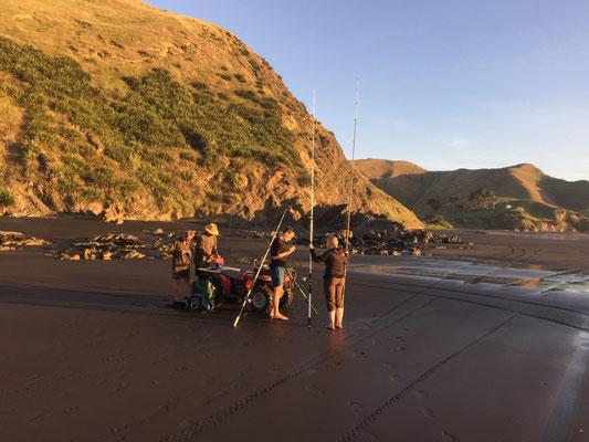 Fischen am Strand von Marokopa
