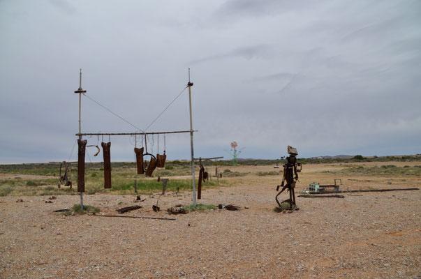 Direkt daneben: Ein weiterer Skulpurenpark mitten im Outback. Diesmal mit schrottreifen Gegenständen.