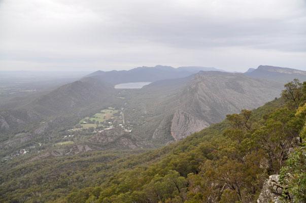 Aussicht vom Boroka Lookout mit Blick zur Ortschaft Halls Gap und der Wonderland Range