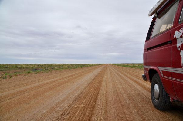 Unterwegs nach Coober Pedy - die mit Abstand beste Sandpiste auf der wir je gefahren sind!