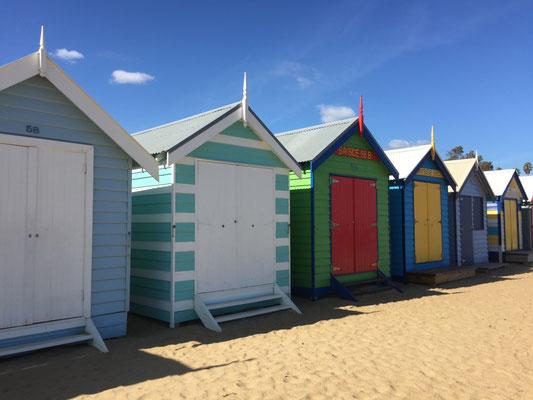 Farbenfrohe Strandhäuschen