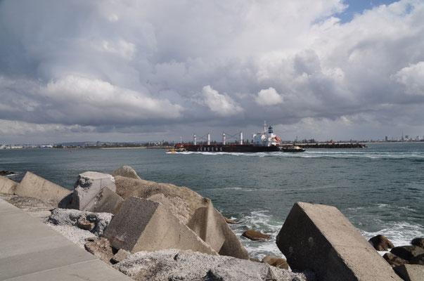 Ein Schiff unterwegs zum umschlagsstärktsten Industriehafen des Landes.