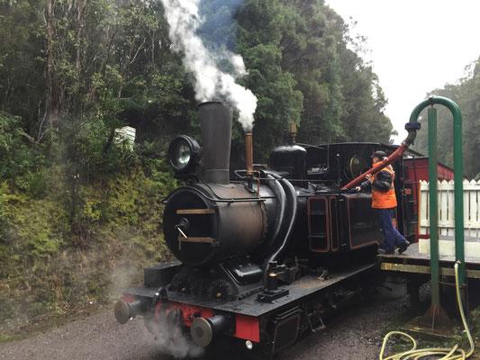 Dampflok der Westcoast Wilderness Eisenbahn beim Auftanken