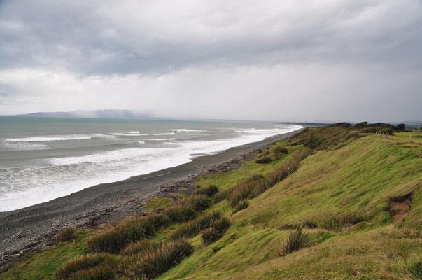 Wunderbare Aussicht auf die 27 km breite Te Waewae Bay beim McCracken's Rest Lookout