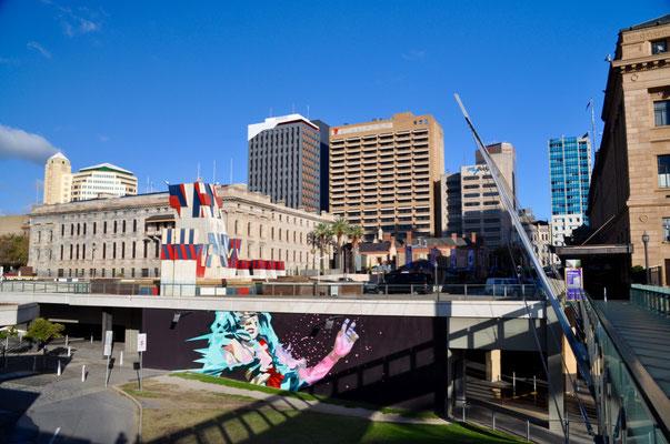 Ansicht von Adelaide mit dem Parlamentsgebäude links im Bild