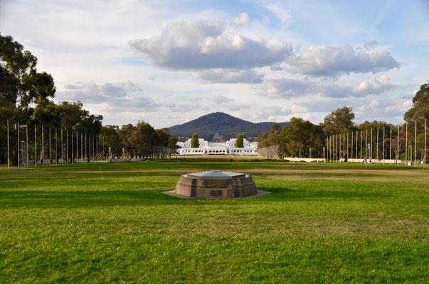 Aussicht vom neuen Parlamentsgebäude auf das alte sowie im Hintergrund auf das War Memorial