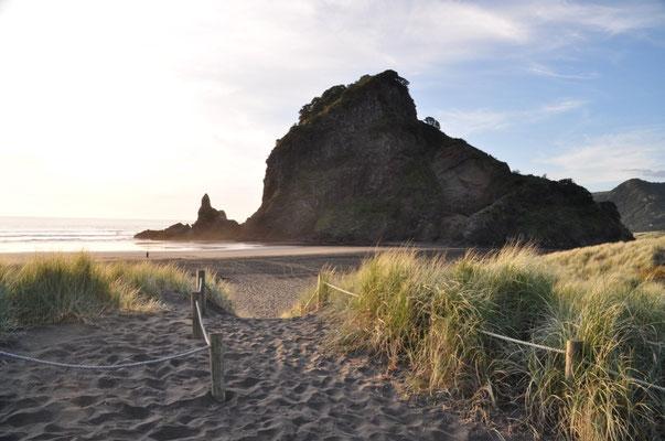 """Der """"Lion Rock"""" am Strand von Piha"""