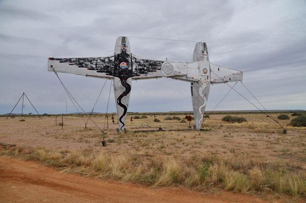Keine Fata Morgana, sondern tatsächlich zwei auf dem Heck stehende Flugzeuge als Kunstobjekte auf dem Oodnadatta-Track.