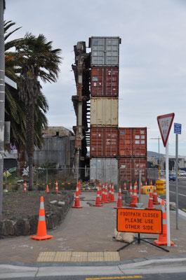 Viele Gebäude müssen aufwändig gesichert werden.