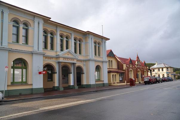 Das Postgebäude von Zeehan, rechts davon das Museumsgebäude (früher: School of Mines)