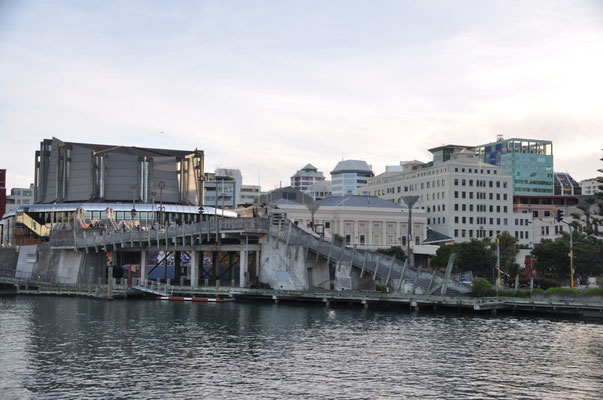 "Die ""City-to-Sea-Bridge"" mit der Wellington Town Hall und dem Michael Fowler Center im Hintergrund"