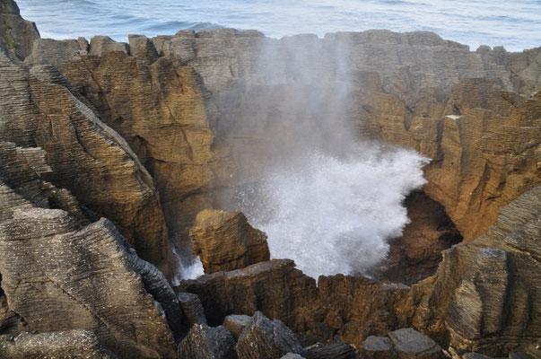 Mit der Flut donnert die Tasman Sea mit voller Wucht durch die Gänge und Höhlen.