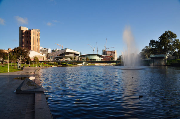 Blick über den Torrens River zum Adelaide Festival Centre (das südaustralische Pendant zum Sydney Opera House)