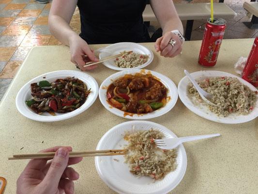Essen im Hawker Center Food Court im Stadtteil Newton