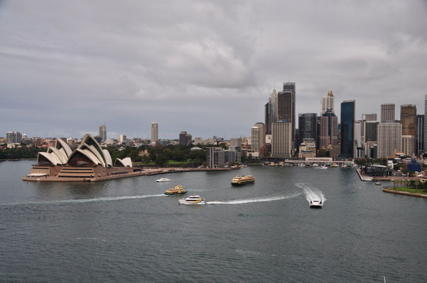 Blick auf den Circular Quai von der Harbour Bridge... Ziemlich was los in diesem Hafenbecken.
