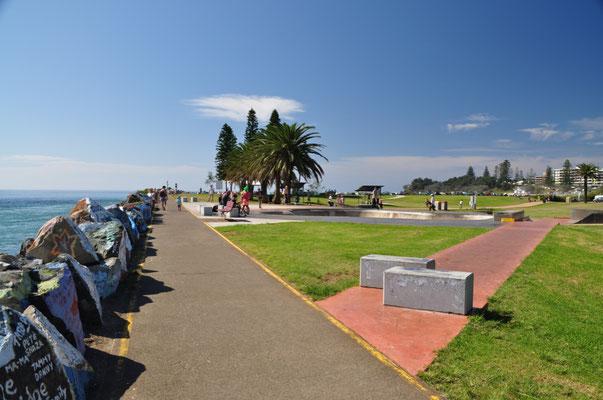 Uferpromenade mit bemalten Steinen am Port Macquarie