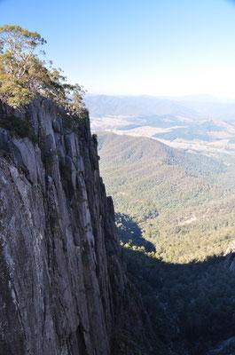 Steil herabfallenden Granitfelsen...
