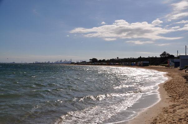 Im Hintergrund: Skyline von Melbourne City