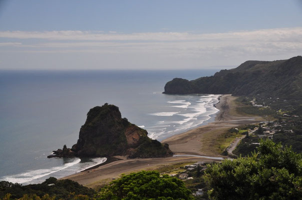 Blick von der Zufahrtsstrasse auf den Strand von Piha