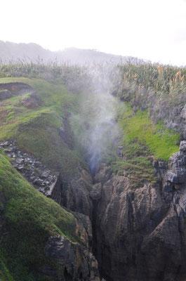 Einige der Höhlen haben eine Art Auslassventile (blowholes), aus denen es in den Himmel zischt.