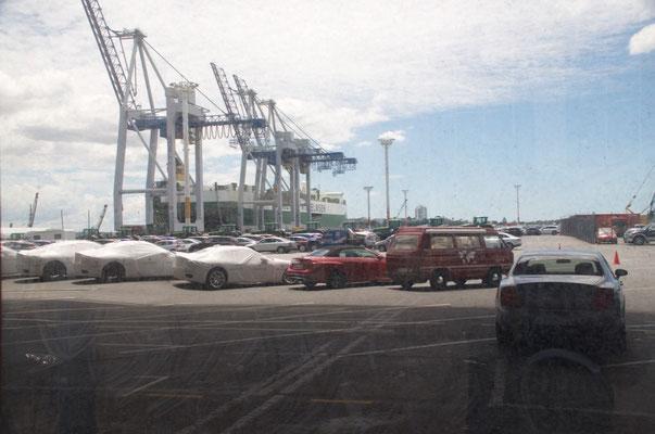Hafengelände in Auckland - Man beachte das schöne rote Fahrzeug ganz rechts im Bild ;)