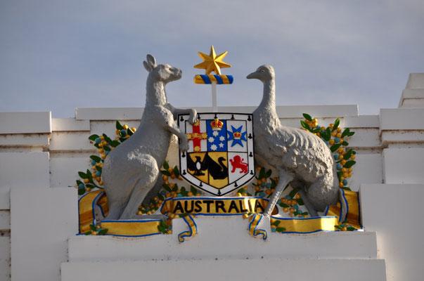 Das Wappen Australiens - Die beiden Tiere, das Emu und Känguru, sind typisch für Australien und können sich nicht rückwärts fortbewegen. Das soll den Fortschritt und die Vorwärtsgewandtheit Australiens unterstreichen.