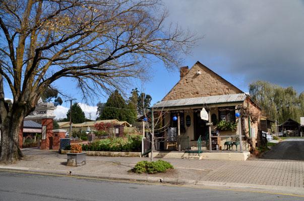 Hunderte Jahre alte Bäume säumen die Strassen und die historischen Gebäude.