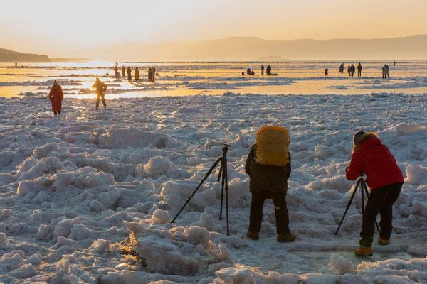 Fotografen fangen auf Olchon die Abendsonne ein