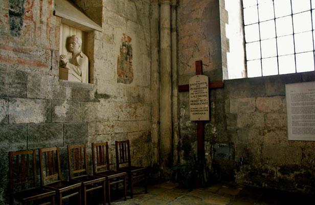 Seitenschiff mit Gedenktafel an Opfer im KZ Dachau