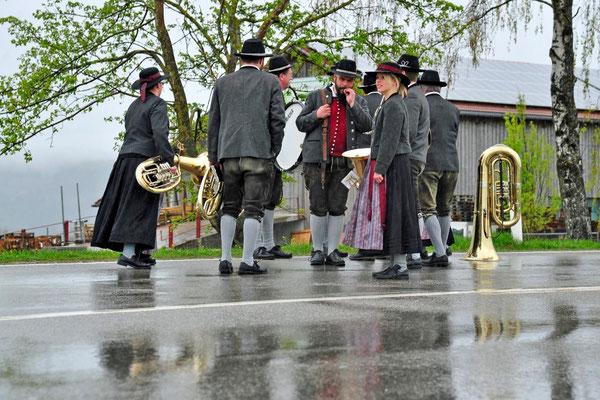 ... die Harmonie-Musik ist auch schon vor den Dorf-Toren...                                                                                 Foto: Manfred Zinss
