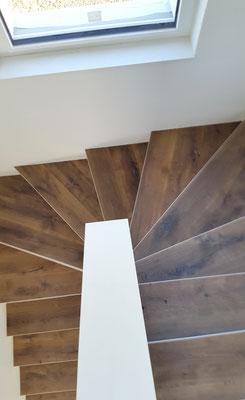 Treppe und Boden, Parkett, Eiche angeräuchert,Landhausdiele,  gehobelt, gefast, weiss geölt
