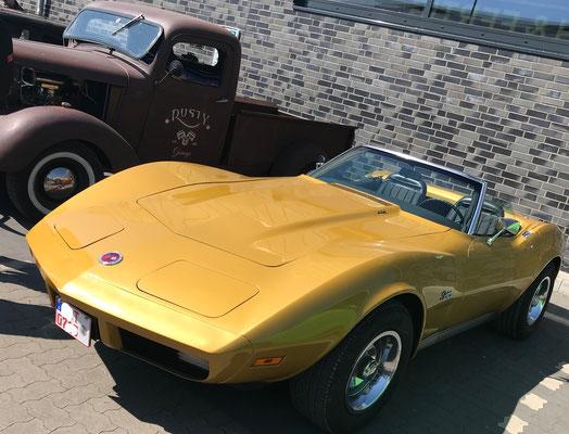 Eine sehr gepflegte Corvette mit 07er Nummernschild. Dank ihres GFK-Bodys haben diese Fahrzeuge wenig Stress mit Rost; es sei denn, die Korrosion befällt den schwer zugänglichen sog. Birdcage. Dann sind Reparaturen meist aufwändig und teuer.