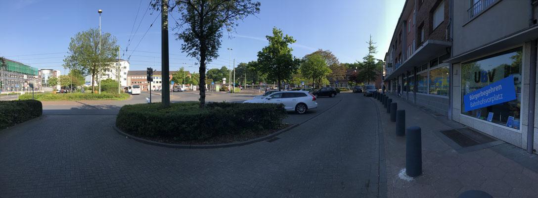 Einfahrt Bahnofsplatz, rechts im Bild die Geschäftsstelle der UBV, auf ein Uhr das Bahnhofsgebäude, links daneben der Vorplatz.