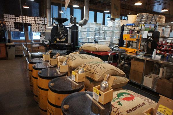 気に入ったコーヒーが見つかったらコーヒー豆を買って帰る。全て焙煎したて。