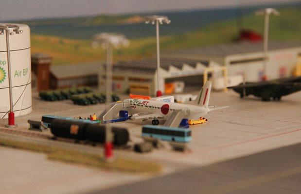 Wingjet Sunfly verstärkt seine Präsenz am Airport. Im Hintergrund die neue Halle zur Unterstellung von Containerfahrzeugen.