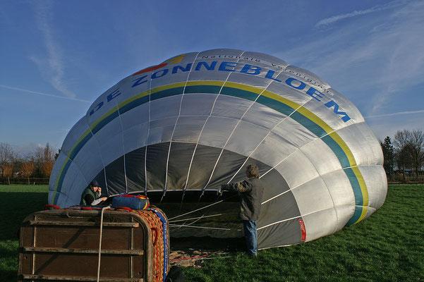 01 De ballon wordt gevuld met hete lucht