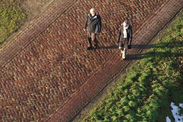 04 Eenzame wandelaars in de polder