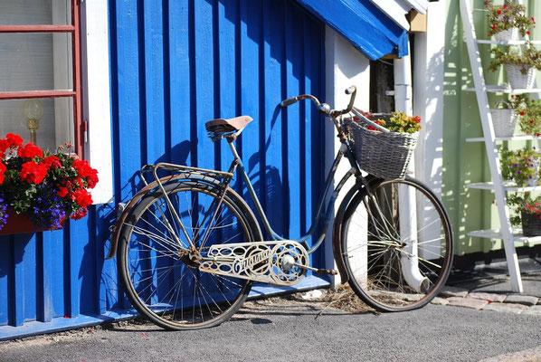 Blaues Holzhaus mit Fahrrad in Schweden