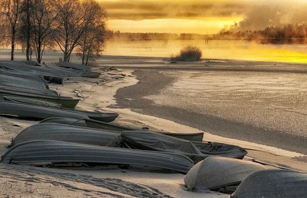 Sonnenaufgang am See in Finnland