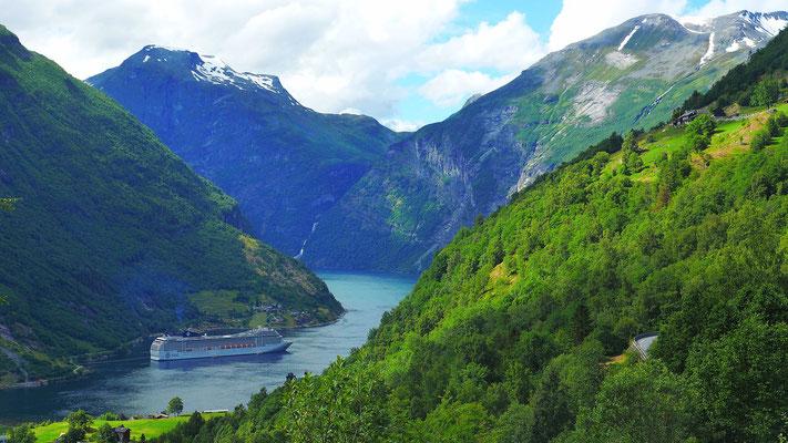 Geiranger Fjord mit Kreuzfahrtschiff