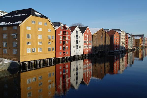 Bunte Häuser am Wasser in Trondheim, Norwegen