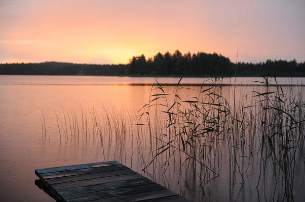 Idyllische Abenddämmerung am See in Schweden