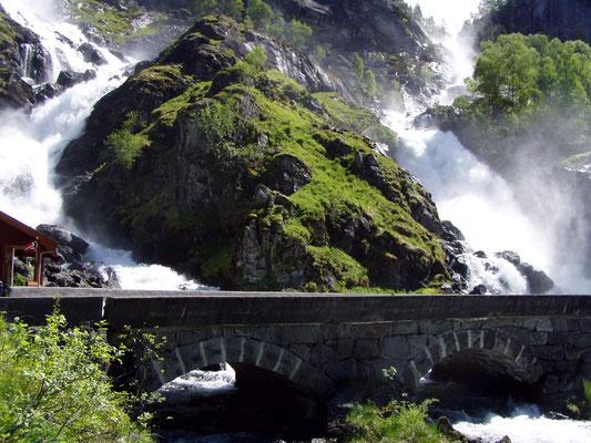 Der Zwillingswasserfall Låtefoss hat eine Höhe von 165 m und ist von der Straße RV 13 leicht erreichbar.