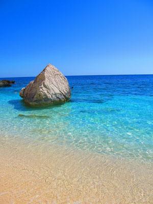Sardinien - Strand mit türkisfarbenem Meer und Felsblock im Wasser