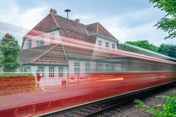 Der Moorexpress vor dem historischen Vogeler Bahnhof.