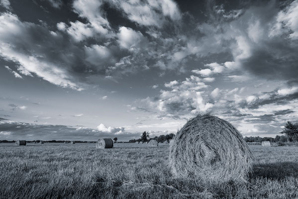Strohballen vor einem spätsommerlichen Himmel