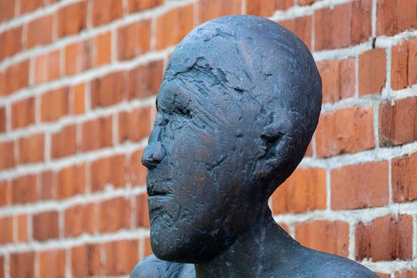 Der großer Sockeltorso XXXIII des Bildhauers Waldemar Otto steht vor der Worpsweder Tourist-Info.