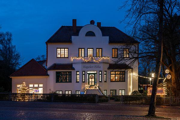 Die Vogeler-Villa in der Bergstraße in weihnachtlicher Beleuchtung.
