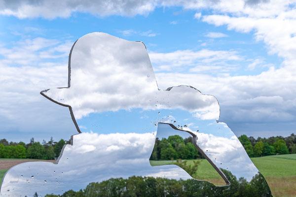 """Zehn Spiegelfiguren hat der Künstler Roland Darjes in der Worpsweder Landschaft aufgestellt. Im Bild der """"Mann mit Fernglas""""."""