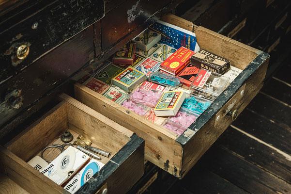 In den Schubladen der Buchhandlung Netzel ist so manche Kuriosität zu finden.
